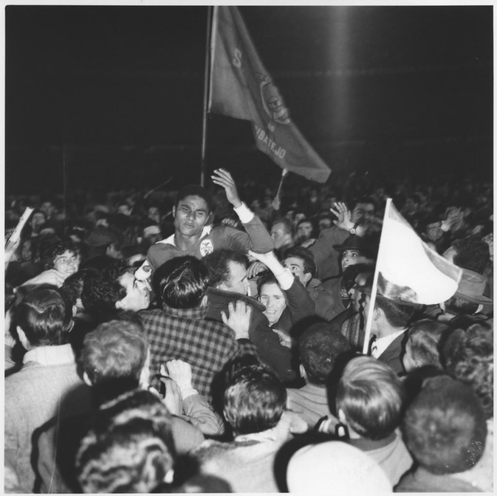 Kibice podnoszą w triumfalnym geście Eusébia po wygranej jego klubu (6-0) z Norymbergą w rozgrywkach o Puchar Europy, Lizbona, 1962