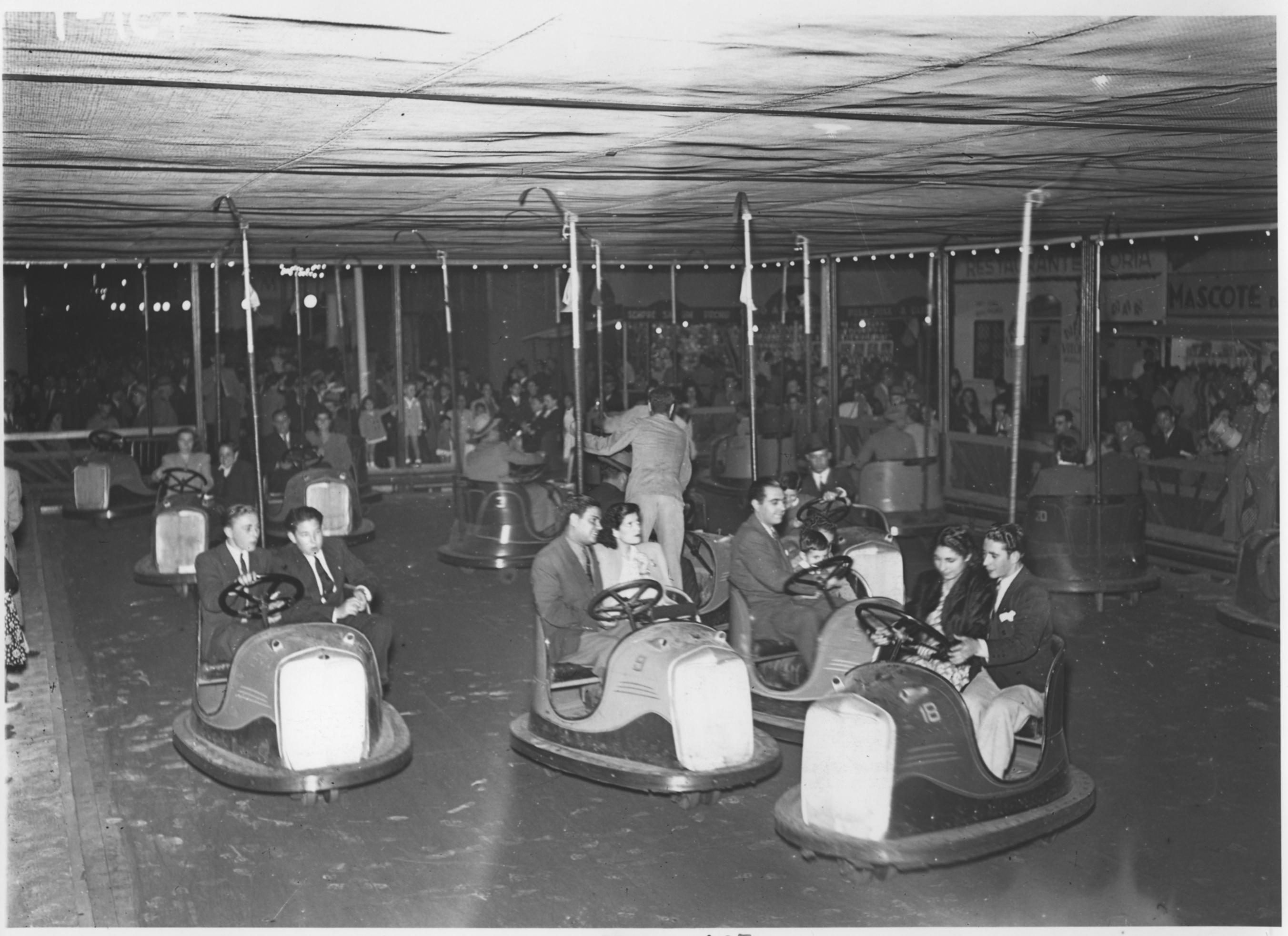 Pawilon z elektrycznymi samochodzikami w wesołym miasteczku Feira Popular w Lizbonie, Lizbona, 1945