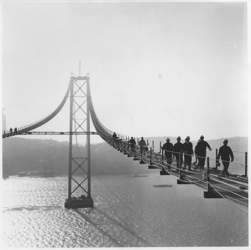 Przejście ministra robót publicznych inż. Arantesa e Oliveiry przez Tag po kładce mostu w budowie, Lizbona, 1964