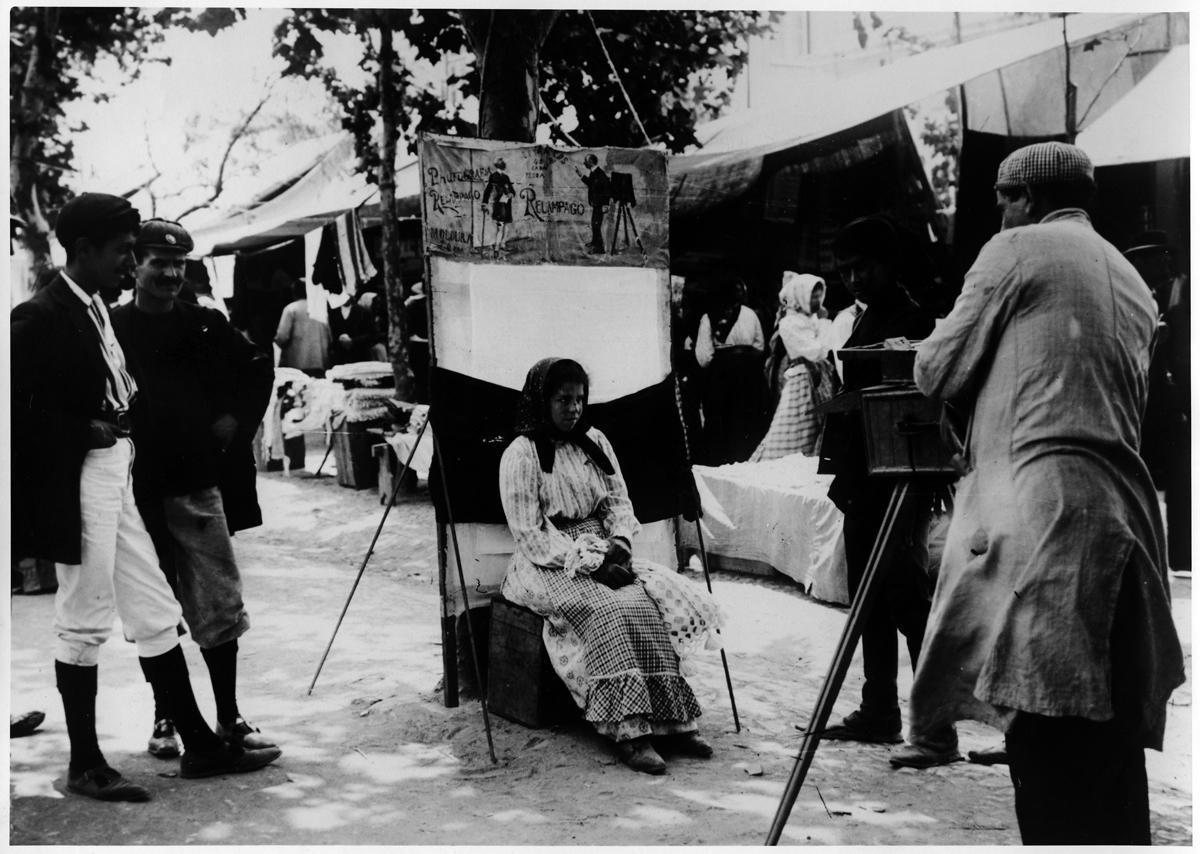 Handlarka pozuje do zdjęcia na targu w Caldas da Rainha, 1909